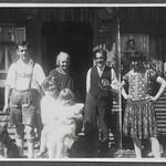 Archiv FaMUC098 Münchner Familie, mit den Großeltern, 1920er thumbnail