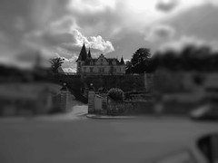 Monochromania !!! (François Tomasi) Tags: château castle veretz indreetloire touraine france europe patrimoine architecture blackandwhite noiretblanc monochrome digital numérique reflex nikon traitementdimage lights light lumière clouds cloud nuages nuage flickr yahoo google françoistomasi tomasiphotography pointdevue pointofview pov flou photo photographie photography photoshop village cher tourisme travel voyage arbres arbre trees tree lanouvellerépublique janvier 2018 filtre sky ciel