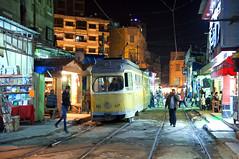 Nachts am Markt: Düwag 882 befährt die Strecke zwischen den auch Abends belebten Ständen (Frederik Buchleitner) Tags: 882 alexandria duewag düwag gt6 ks kopenhagen københavnssporveje misr sechsachser sporveje strasenbahn streetcar tram trambahn aliskandariyya ägypten الإسكندرية مصر