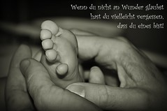 Wenn du nicht an Wunder glaubst... (Uli He - Fotofee) Tags: ulrike ulrikehe uli ulihe ulrikehergert hergert nikon nikond90 fotofee hand fus baby babyfus hände geborgen geborgenheit wunder enkel kinder