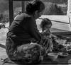 Madre e figlio (laura.mnz) Tags: nepal viaggio oriente bianco nero famiglia vita semplice biancoenero cibo mangiare