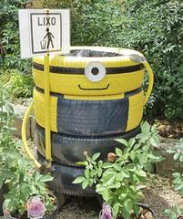 reciclagem de pneus (jakza - Jaque Zattera) Tags: penus reciclagem criatividade lixeira minions