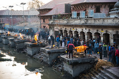 Hindu funeral tradition: Cremation in Pashupatinath (rfabregatmoliner) Tags: ritual tradition cremation funeral hinduism hindu nepal nepalese pashupatinath temple hindutemple nikon nikon750 nikond750 d750 nikkor nikkorlenses 24120mm nikkor24120mm fullframe people culture antropology
