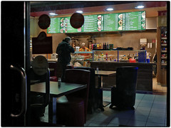 Döner Imbiss (/RealityScanner/) Tags: germany deutschland hamburg imbiss döner fastfood gastronomie restaurant city citylife urban urbanscene stadt dokumentation documentation reality realität contemporary architecture architektur nacht night lichter lights houses häuser buildings gebäude schaufenster shopwindows panasonic lumix gx80 guessedbybutschinsky guessedhamburg eimsbüttel harvestehude rotherbaum