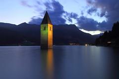 Geflutet (ploh1) Tags: rechensee südtirol italien dämmerung wasser kirchturm kirchturmspitze spiegelung vinschgau berge himmel langzeitbelichtung landschaft natur wolke beleuchtet