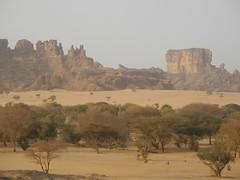 Ennedi (ursulazrich) Tags: tschad ciad tchad chad sahel sahara ennedi flora akazien acacia trees bushes arbres bäume rocks sand dust staub poussiere dunst brume fog