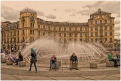 Stachus (Heinze Detlef) Tags: stachus münchen karlsplatz treffpunkt springbrunnen leute menschen gebäude geschäfte wasser urlaub fotomotiv