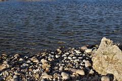 La playa mas cercana (AlvarHyls) Tags: playa beach stone piedras orilla shore rocas agua acantilado paisaje charco charcas hoyales