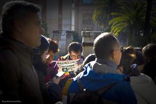 Absorbed in the tourist information - Absorto en la información turística
