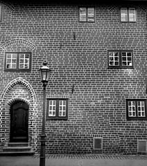 the window story (irgendwiejuna) Tags: yashica635 yashica caffenol tlr 120 66 mediumformat fomapan100 fomafilm foma fomapan100professional selfdeveloped lüneburg windows lamp street nopeople blackandwhite bricks door cropped