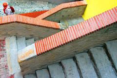 Mimetismo (meghimeg) Tags: 2018 ventimiglia scala stair donna woman arancio arancione orange mattoni brick giallo yellow