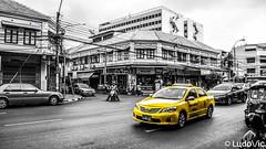 Hep Taxi! (Lцdо\/іс) Tags: bangkok lцdоіс thailande thailand thailandia thai taxi yellow jaune street blackandwhite noiretblanc travel life november vacance voyage 2017 rue voiture car hd flickr