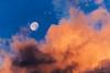 La luna al amanecer (Carpetovetón) Tags: luna cielo nubes colores nikond200 tamron70200