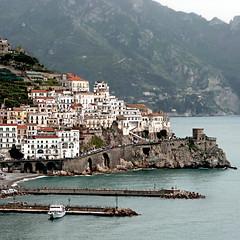 Amalfi, Italia (pom.angers) Tags: fromamovingvehicle harbor sea mediterraneansea tyrrheniansea marmediterraneo amalfi april 2008 napoli naples campania italia italy panasonicdmctz3 europeanunion sorrento penisolasorrentina costieraamalfitana martirreno 100 200 300 400