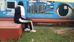 IMG_20180220_093549 (Erin Rivas 21) Tags: pasto mural uniforme tierra sentada tenis persona escuela aburrido