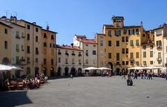 Piazza dell'Anfiteatro a Lucca (giorgiorodano46) Tags: lucca piazza square anfiteatro toscana tuscany italy giorgiorodano aprile2006 2006 april