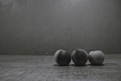 "Día 24/30 ""Tus cambios"" (sventoryapi) Tags: durazno fruta minimalismo peach sweet nice blanco negro monocromático white black kodak z990"