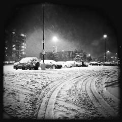 Il faut bien déneiger la voiture si on veut partir... (woltarise) Tags: parking voitures neige montréal rosemont streetwise