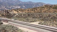 UP und BNSF treffen sich auf dem Cajon Pass am legendären Hill 582 (vsoe) Tags: eisenbahn bahn züge güterzug güterzugstrecke diesellok diesel railway railroad engine freighttrain bnsf up cajonpass wüste hill582 california kalifornien usa amerika america manifest containerzug video hd meet