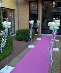 ballondecoratie langs rose loper