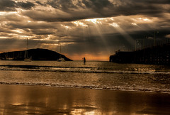 ..oh oh oh I feel the teperature rising.. (dawn.tranter) Tags: dawntranter ifeelthetemperaturerising golden silhouette paddleboarding coffsharbour jetty australia