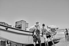 Brasilien 2017-18 Itapirubà Fischer 3 (rainerneumann831) Tags: brasilien itapirubà strand meer fischer boot bw blackwhite blackandwhite ©rainerneumann