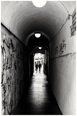 Tunnel of love (oiZox) Tags: monocromatico streetphotagraphy streetart street mono trento italy people happiness human monochrome city fotourbana fotocallejera shadow silhouette