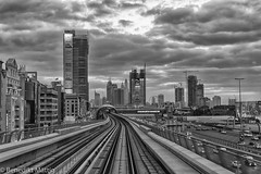 Metro Dubai (benedikt83) Tags: dubai emirates street metro train view skyscrapers skyscraper wolkenkratzer hochhäuser bahnstrecke zug bahn tram