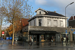 Starbucks Zwolle Centraal Station (Netherlands) (Meteorry) Tags: europe nederland netherlands holland paysbas overijssel zwolle centrum centre center station oosterlaan starbucks coffee café barista cheesecake street rue fastfood drinks dutch statista autumn automne herfst fall trees arbres noentry sensinterdit people streetscene randstad november 2017 meteorry