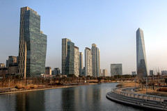 Songdo district in Incheon, Korea (mbphillips) Tags: korea 한국 韓國 韩国 southkorea 대한민국 republicofkorea 大韓民國 incheon 인천 仁川 songdo songdointernationalbusinessdistrict songdoibd 송도 松都 asia 亞洲 fareast アジア 아시아 亚洲 city ciudad 도시 都市 城市 cityscape paisajeurbano 城市景观 城市景觀 도시풍경 architecture 건축학 arquitectura 建筑学 建築學 future 将来 futuro 將來 미래 mbphillips goetagged photojournalism photojournalist canon80d river 강 河 río sigma1835mmf18dchsm centralpark modern smartcity ubiquitouscity