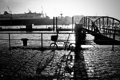 Hafen. Szene. (HansEckart) Tags: streetphotography street hamburg hafen gegenlicht schatten elbe silhouette sw city blackandwhite
