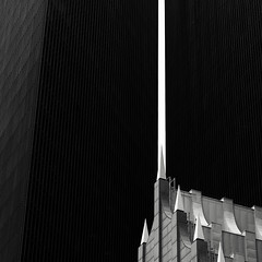 Between Two Towers (Mabry Campbell) Tags: 700louisiana bankofamerica h5d50c harriscounty hasselblad houston pennzoilplace philipjohnson texas usa unitedstatesofamerica architecture bankofamericacenter building design downtown exterior historic image photo f63 mabrycampbell january 2018 january282018 20180128houstoncampbellb0001767 80mm ¹⁄₁₆₀sec 200 hc80 fav10 fav20 fav30 fav40 fav50 fav60 fav70 fav80 fav90