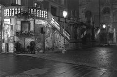 Napoli - Piazza Bellini (sesan) Tags: kodak kodaktmax400 35mm analogica analogue filmphotography filmisnotdead ishotfilm blackandwhite blackandwhitephotography