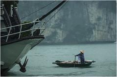 0282- VENDEDORA DE CONCHAS EN HALONG BAY - VIETNAM (--MARCO POLO--) Tags: mares rincones bahías personas tipos curiosidades
