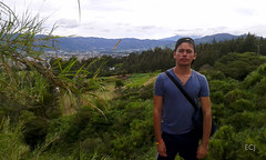 Mi compañero de caminata, Alfredo, al paso por La Chinchilla, Oreamuno/ My hiking mate, Alfredo, passing through La Chinchilla, Oreamuno canton (vantcj1) Tags: persona caminante caminata valle montaña naturaleza vegetación rural campo paisaje nubes cordillera retrato pinos