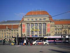 Hauptbahnhof Leipzig (ingrid eulenfan) Tags: leipzig hauptbahnhof strasse auto taxi strassenbahn leute menschen street architektur gebäude sonye30mmf35 sonyalpha6000 sonye30mm