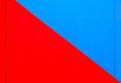 Teorìa del Plano Inclinado. 02. Morro Jable, Fuerteventura, septiembre 2017. (Jazz Sandoval) Tags: 2017 elfumador españa exterior enlacalle equilibrio azul arquitectura abstracción contraste color canarias calle curiosidad colour curiosity city ciudad acero blue digital day dìa dos diagonal fotografíadecalle fotodecalle fotografíacallejera fotosdecalle físicaelemental física fuerteventura geometría gráfico geometrías geometry geometrìa islascanarias ilustración jazzsandoval luz light lines lineas murosyvallas muro morrojable rojo red streetphotography streetphoto septiembre