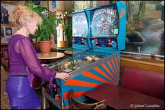 Le flipper. (gérard lavalette) Tags: bistrots flipper lechiquito femme woman rétro vintage gérardlavalette photographe paris jeux game