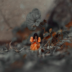 Bajo un arbol que no es (Kathy Chareun) Tags: challenge reto art arte ps photoshop lr lightromm orange naranja nature naturaleza leaf hoja cesped grass dress vestido woman mujer femme girl chica pain dolor magic magia small borrowers pequeña pequeño chico little
