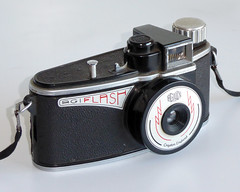 Agilux Agiflash (pho-Tony) Tags: photosofcameras agiflash agilux 127 vp croydon uk agi british bakelite plastic 1950s streamlined asymmetrical meniscus simple massmarket film analog analogue rollfilm