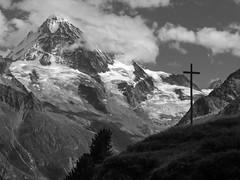 La Dent Blanche (et, au fond, le Matterhorn) (giorgiorodano46) Tags: agosto2011 august 2011 giorgiorodano bw blackwhite biancoenero valdhérens alpagedeletoile dentblanche matterhorn cervino vallese valais wallis svizzera suisse schweiz switzerland mountain alpi alpes alps alpen landscape 3000v120f
