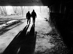 Sun and fog... (Leonegraph) Tags: monochrome einfarbig bw sw blanco negro bn schwarz weis black white leonegraph streetphotographer public öffentlich leben lebendig story urban photography spontan spontanious candid unaware unposed personen sitaution street 2017 europe europa germany deutschland couples ricklingen panasonicgx80panasonic1235mmf2 8mftmicro43microfourthirds fog