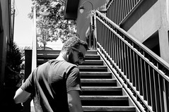 descolado (renanluna) Tags: homem man cara guy escada stair monocromia monochromatic pretoebranco blackandwhite pb bw sãopaulo 011 sp br 55 fuji fujifilm fujifilmfinepixx100 x100 renanluna