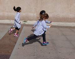 enfants de tous pays (buch.daniele) Tags: danielebuch enfants child fillettes course tabliers dubaï