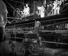 why they jump like that ? (gaston torre .) Tags: old man viejo rock punk ska pogo summer verano 2018 rosario argentina carnival carnaval pichincha d3300 1750mm noche night street bw black blanco negro show handicap asombro amazing life vida