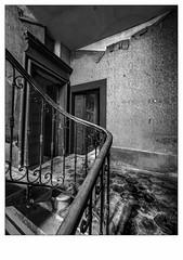 Tenir la rampe. (francis_bellin) Tags: portes urbex escaliers noiretblanc rampe hotel monochrome blackandwhite fevrier 2018 bois