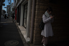woman watching a smartphone (Okera) Tags: 2018 28mm colorskopar m10 散策