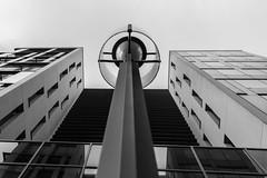 levé de regard en n&b (Rudy Pilarski) Tags: nikon tamron 2470 d7100 urbain urban urbano monochrome moderne modern abstract abstrait perspective line