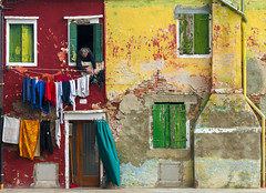 "living in colours (Blende1.8) Tags: burano venice venedig venezia colors colours vivid farben bunt farbig red rot green grün yellow gelb bewohner windows mann man street clothesline wäscheleine wäsche waschtag fenster door tür fassade facade buidling haus house gebäude wohnhaus colorful colourful bestimagesofitaly ""flickrtravelaward"""