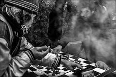 Les cerveaux fument.../ Fried brains... (vedebe) Tags: humain human homme people echecs jeux ville city street rue urbain urban noiretblanc netb nb bw monochrome fumée